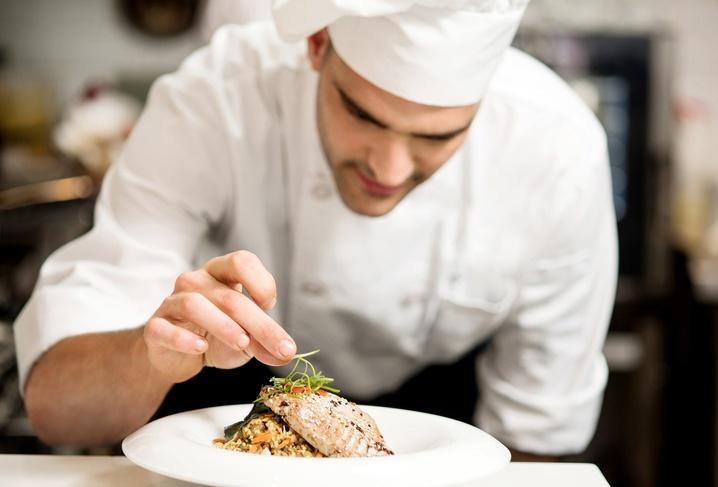 chef preparando un plato