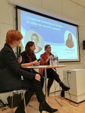 Mireia y Sarah durante la entrevista con la periodista Stephanie Bouchet