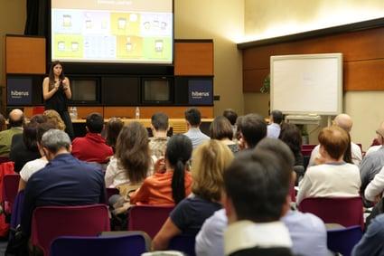 María Toledo impartiendo una clase de inbound marketing en Zaragoza para Hiberus Tecnología